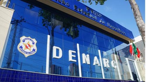 A prisão foi realizada por policiais da Divisão Estadual de Narcóticos (DENARC).