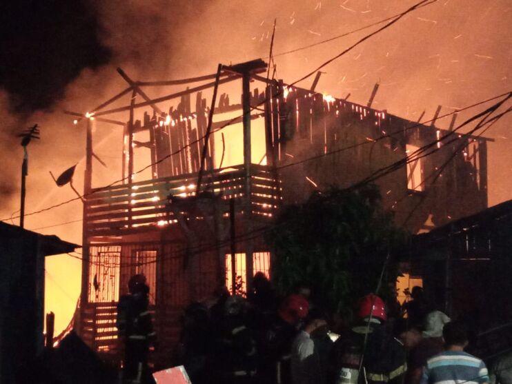 Altura alcançada pelas chamas mostra a gravidade do incêndio.