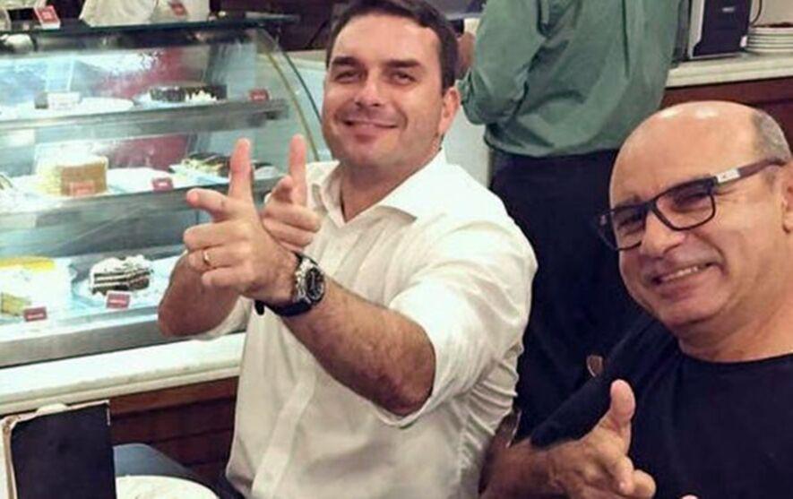 Queiroz, ex-assessor de Flávio Bolsonaro, segue em prisão domiciliar.