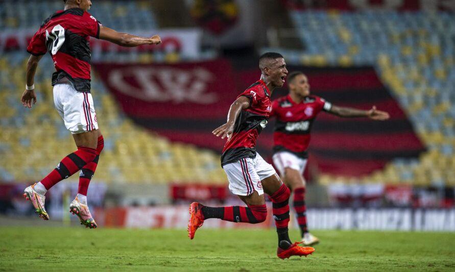 Imagem ilustrativa da notícia: Flamengo vence Nova Iguaçu com golaço no fim do jogo; assista!