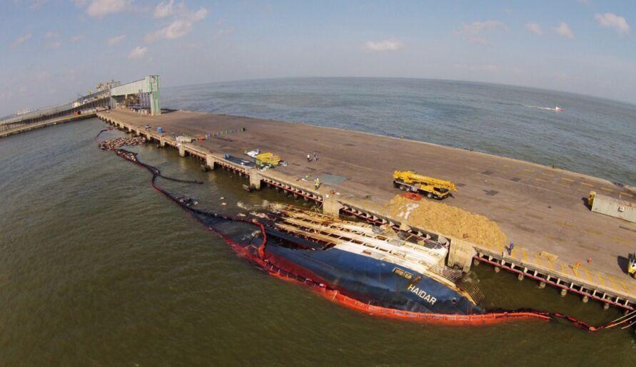 """Imagem ilustrativa da notícia: Retirada do navio """"Haidar"""" vai ocupar porto de Vila do Conde por cinco meses"""