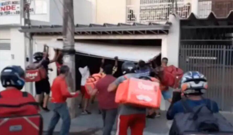 Imagem ilustrativa da notícia: Vídeo: entregadores invadem casa e quebram carro de cliente golpista