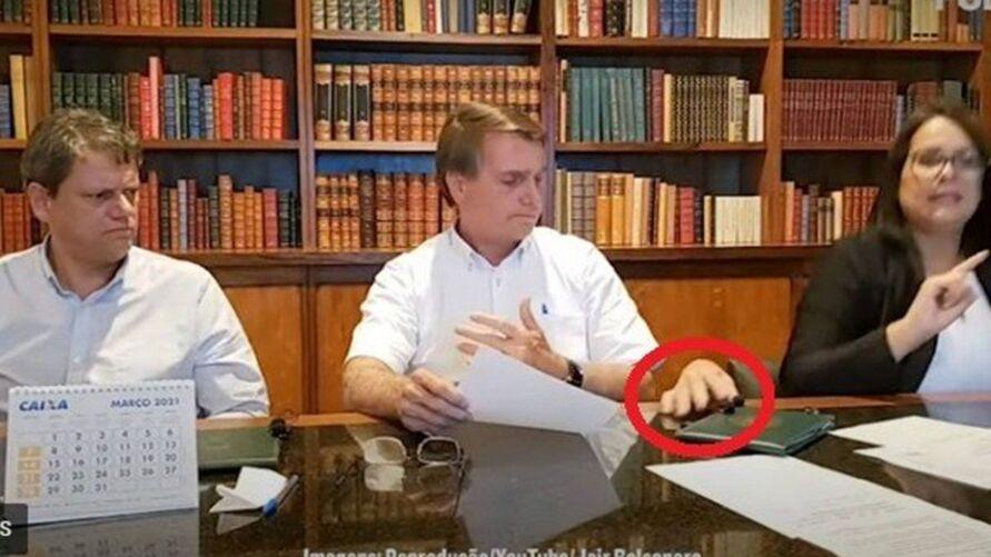 Imagem ilustrativa da notícia: Mão assusta Bolsonaro em live e é comparada à personagem da Família Addams
