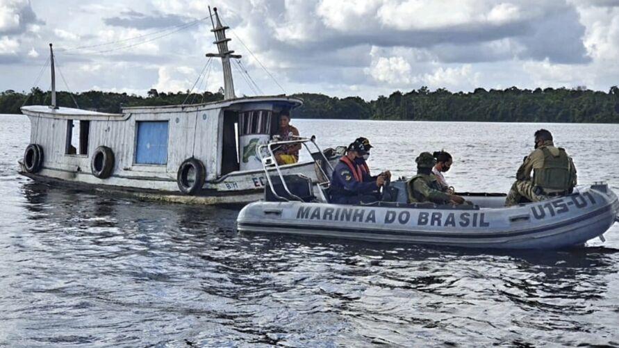 A mulher estava em uma pequena embarcação quando recebeu o socorro