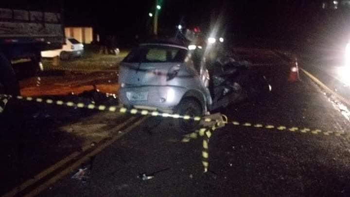 Imagem ilustrativa da notícia: Pai, mãe e filho de 3 anos morrem após Celta se chocar com caminhão