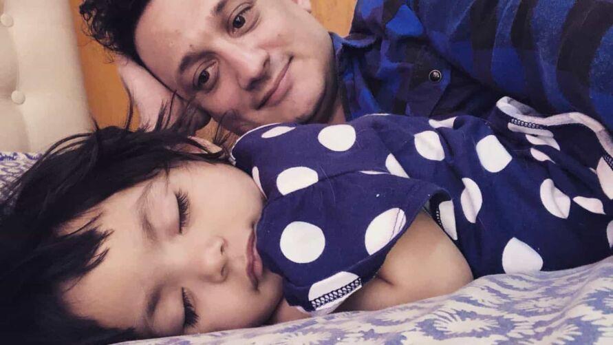 Pablo Fracchia sonhava ser pai e adotou Mia em hospital.