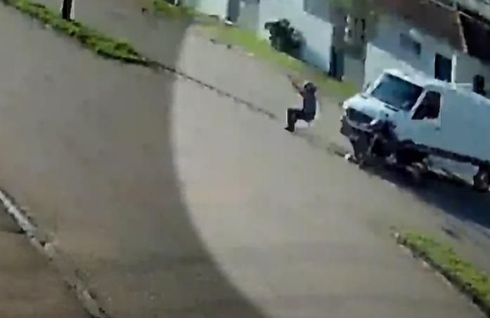 Imagem ilustrativa da notícia: Motoqueiro é atingido por carro, 'dá pirueta' e cai em pé; veja o vídeo!