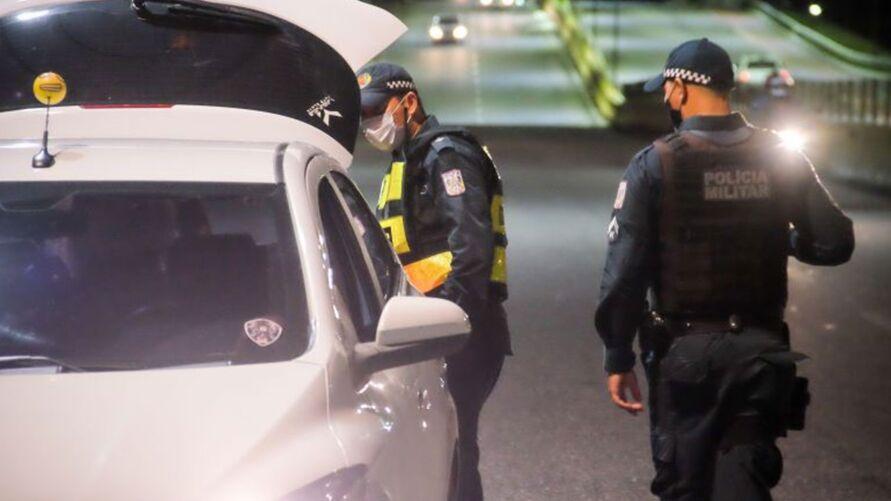 Agentes de segurança fiscalizam cumprimento do decreto.