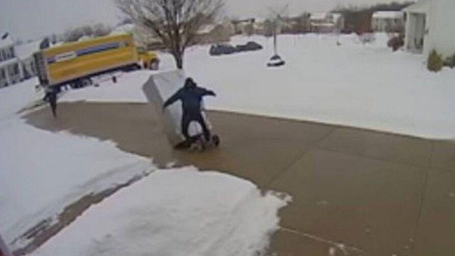 Incidente foi registrado por uma câmera de segurança na casa do cliente.