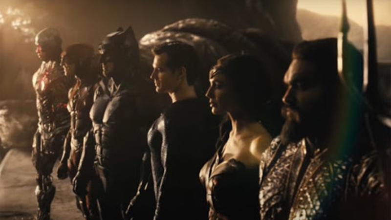 Batman decide se unir à Mulher-Maravilha para montar uma equipe de superpoderosos que inclui Aquaman, Ciborgue e Flash