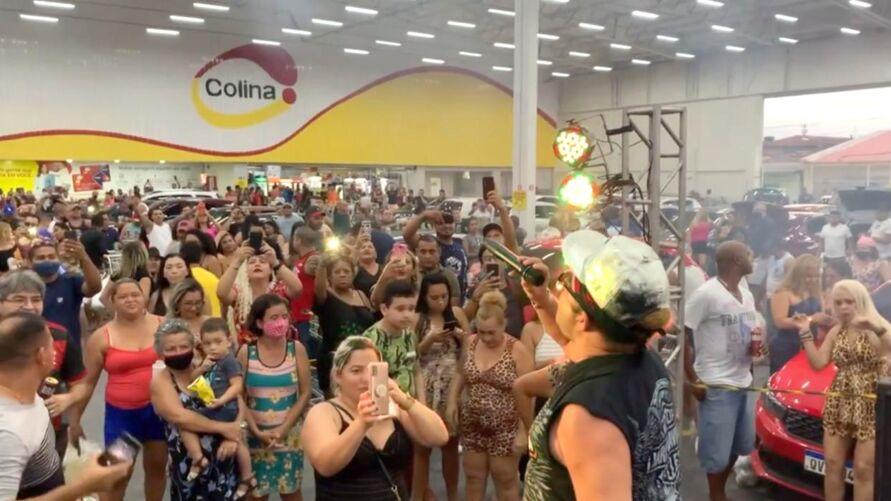 Vídeo compartilhado nas redes sociais mostra festa, aglomeração e pessoas sem máscaras dentro do estacionamento do supermercado Colina.