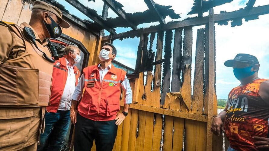 Imagem ilustrativa da notícia: Governador Helder Barbalho visita local do incêndio em Icoaraci