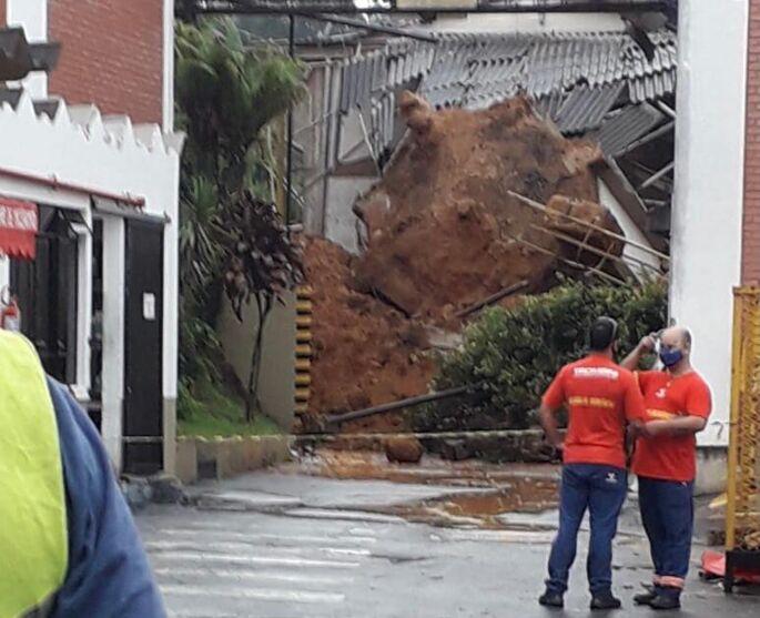 Imagem ilustrativa da notícia: Trabalhador fica soterrado após deslizamento de terra em fábrica