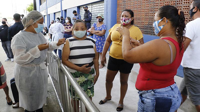 Vacinação no bairro da Pedreira, em Belém, nesta terça (2)