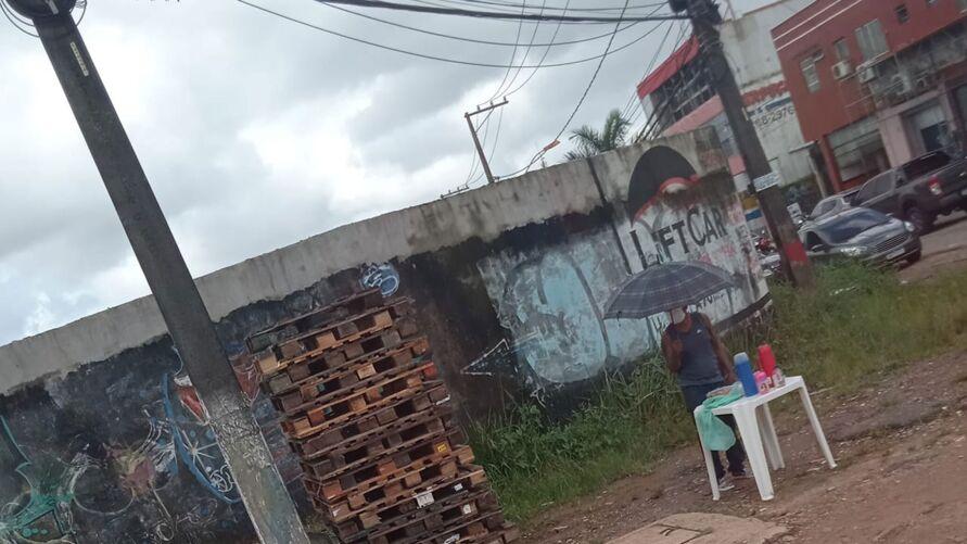 Imagem ilustrativa da notícia: Imagem de vendedor na chuva em Belém gera 'corrente do bem' nas redes sociais