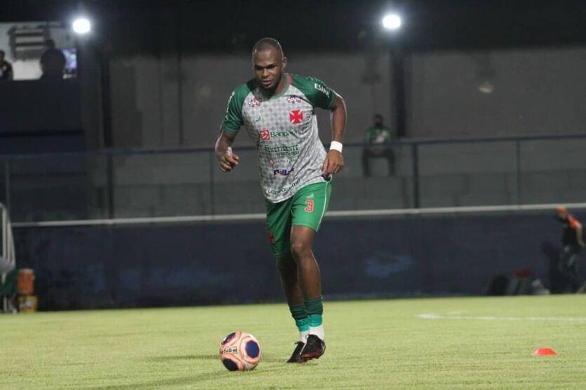 Zagueiro Dedé, destaque da equipe cruzmaltina no setor defensivo.
