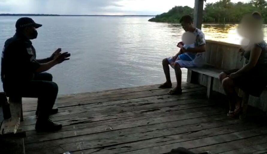Policial conversa com Railson. Minutos depois o agressor aceitou entregar a criança.