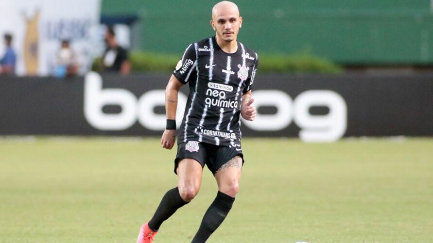 Lateral chega a marca e quer mais títulos pelo clube