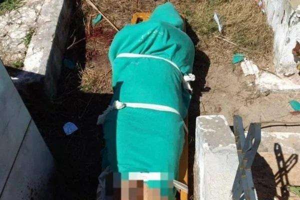 A jovem  de 22 anos estava nua e com a cabeça esmagada