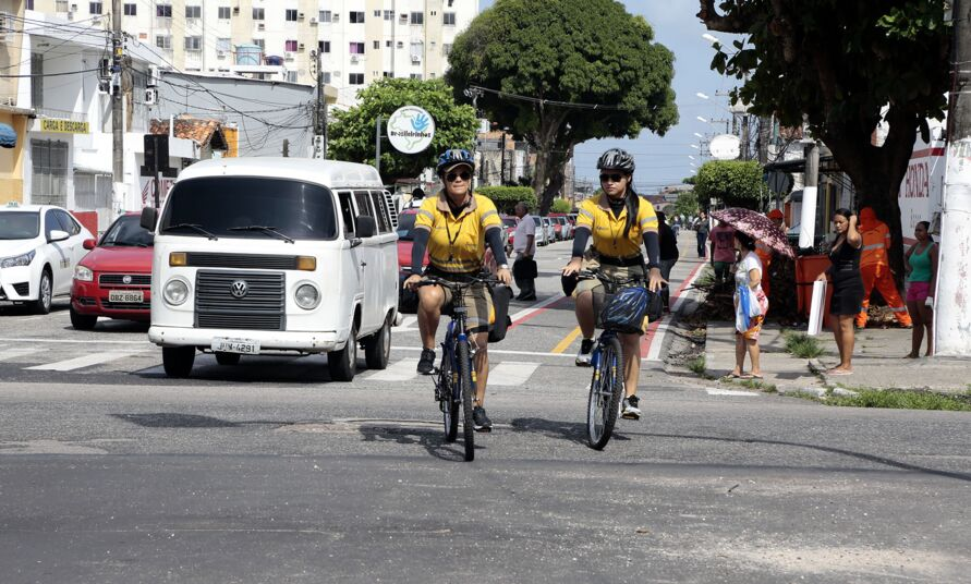 Ação educativa ocorre na avenida enquanto motoristas e ciclistas se adequam