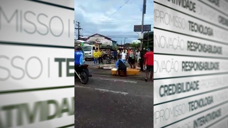 Imagem ilustrativa da notícia: Vídeo: caixão escorrega de carro e cai na pista no Pará