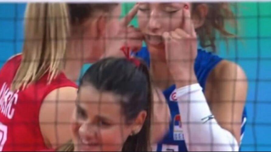 Imagem ilustrativa da notícia: Jogadora é suspensa e multada após gesto racista