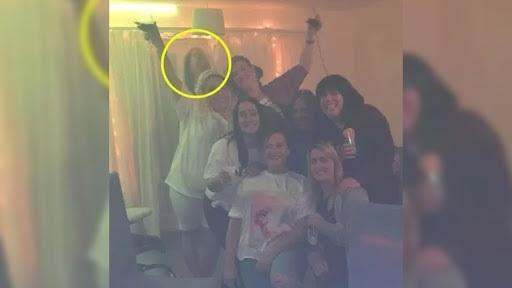 Rebecca e e suas amigas em foto assustadora