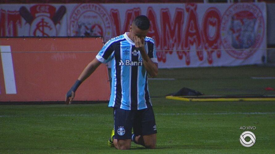 Ricardinho fez o gol da vitória sobre o rival e emocionou a todos ao pagar a promessa.