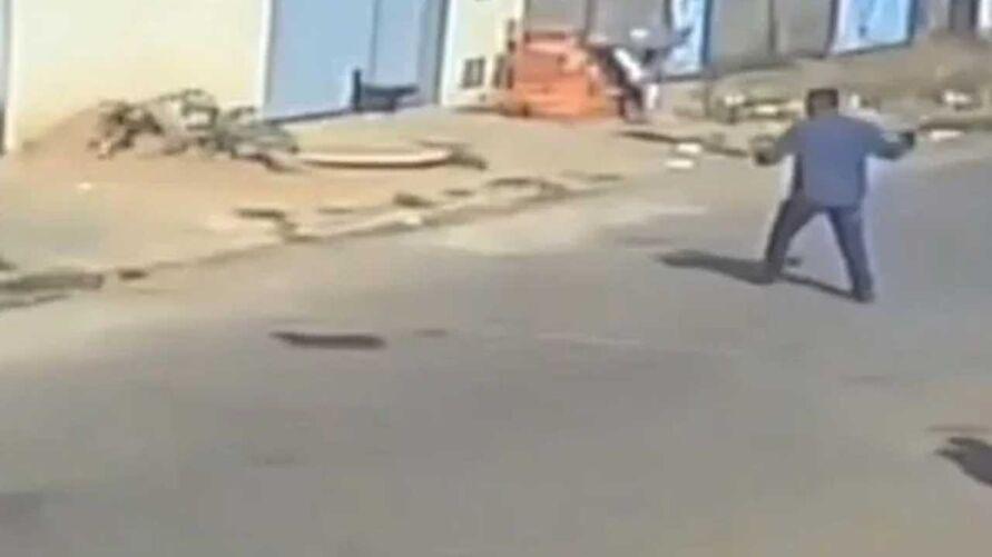 Câmeras de segurança flagraram cachorro sendo apedrejado por homem que passava na rua.