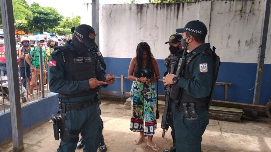 A prisão foi efetuada após Polícias Militares encontrarem as drogas dentro de uma mala que pertencia a suspeita.