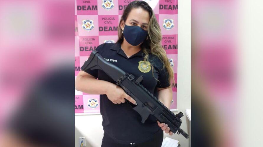 A delegada compartilhou nas redes sociais uma foto com um fuzil que estava sendo utilizado por um homem para ameaçar a esposa.
