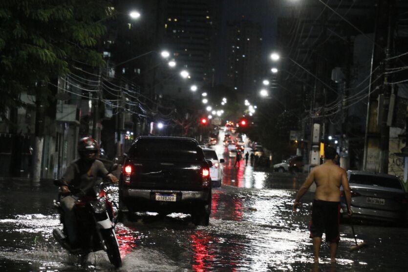 Imagem ilustrativa da notícia: Chuva forte provoca alagamentos e complica trânsito. Veja!