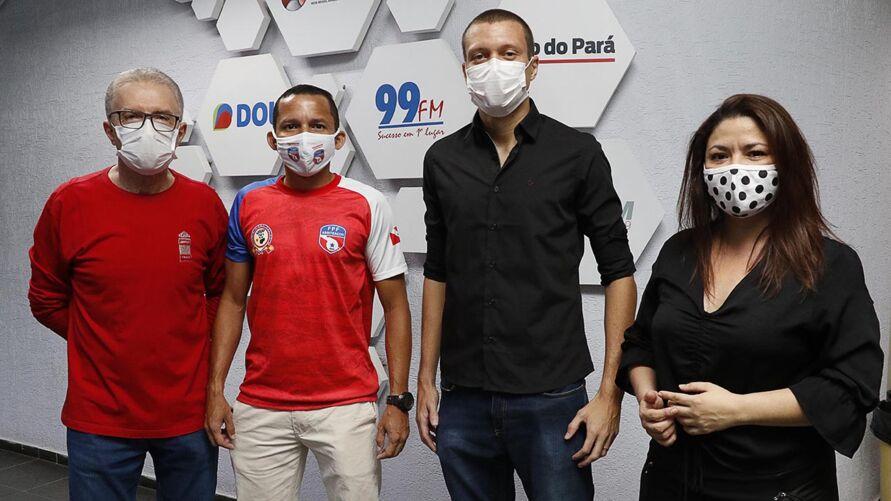 O árbitro Marco José Almeida e o zagueiro Bernardo ao lado dos jornalistas Zaire Filho e Tati Dias