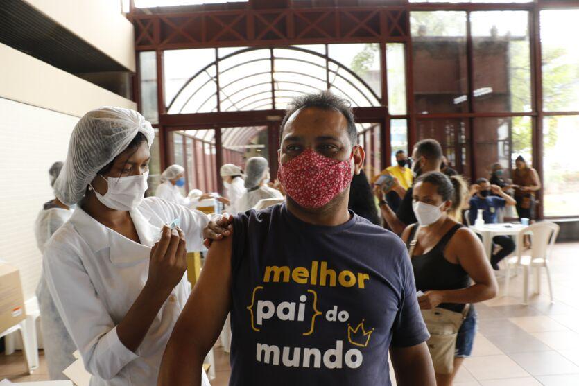 Imagem ilustrativa da notícia: Veja imagens da vacinação neste sábado (19) em Belém