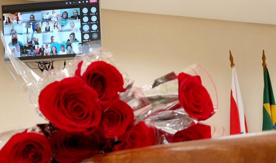 A troca de votos e alianças foi concretizada no Dia dos Namorados