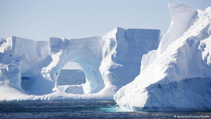 O iceberg A-76, de quase 170 km de comprimento por 25 km de largura e uma superfície total de 4.320 quilômetros quadrados, está à deriva no Mar de Weddell.