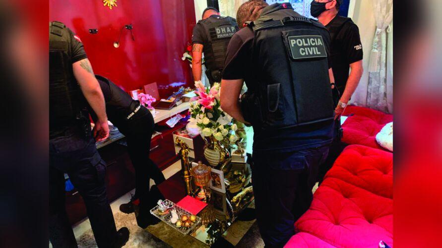Cerca de 60 policiais participam da operação que até agora resultou na prisão de um suspeito