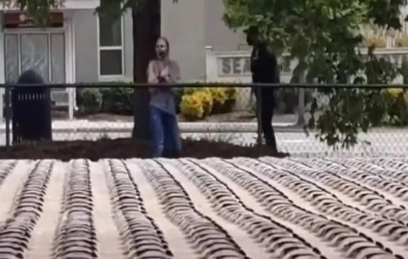 Nas cenas é possível ver que em certo momento, dois policiais aparecem para tentar ajudar a mulher, que aparenta vestir apenas um sapato.