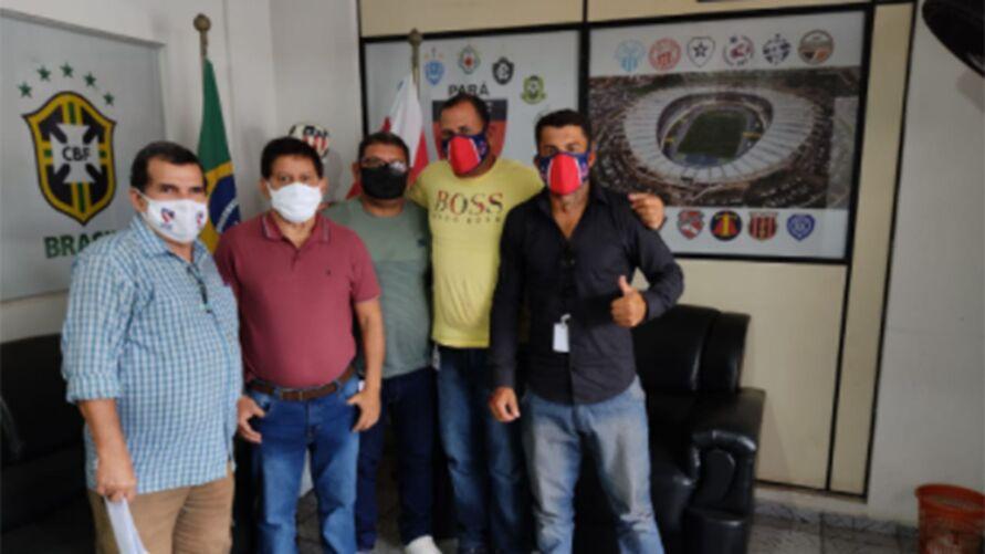 Representantes de clube e municipio foram recebidos pelo vice-presidente da FPF, Mauricio Bororó.