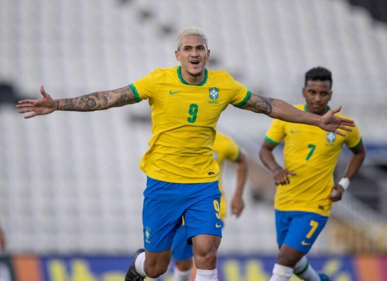 Atacante Pedro celebrando gol pela Seleção Brasileira