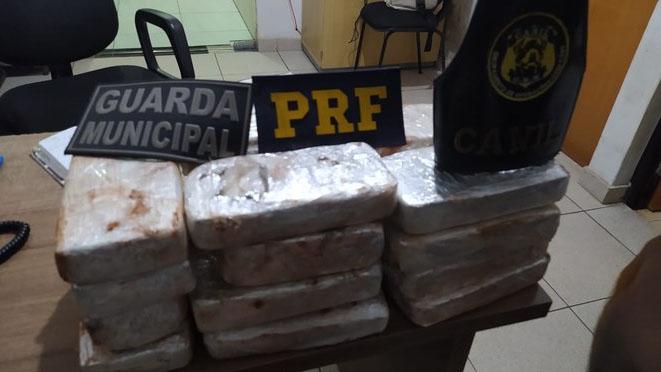 Foram encontradas 20,5 Kg de pasta base de cocaína, escondidas na caminhonete.