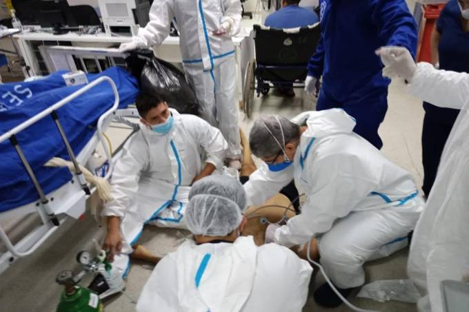 Manaus viveu uma das situações mais complicadas com o novo coronavírus. Na imagem, o paciente grave é atendido no chão em pronto-socorro 28 de Agosto