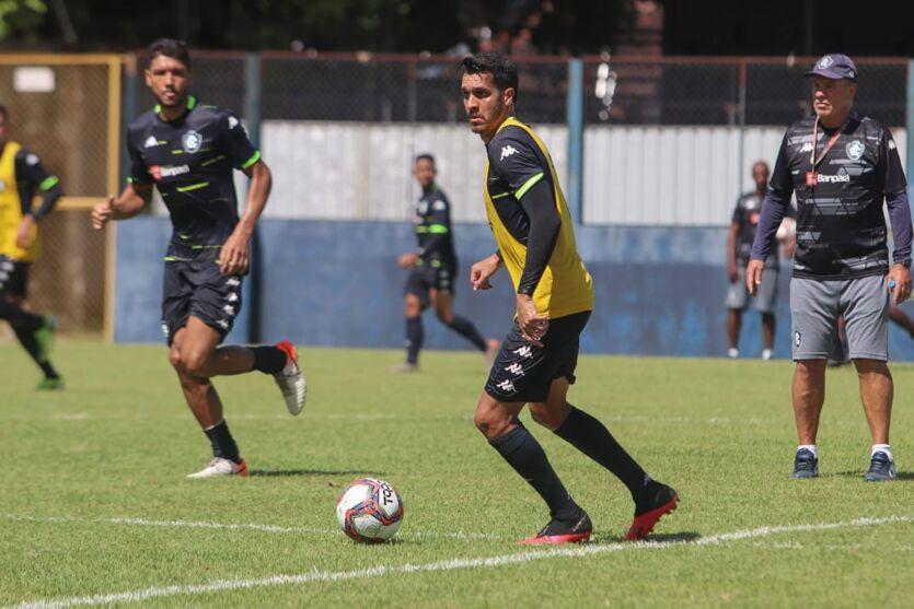 Atento, Paulo Bonamigo comanda mais um treinamento no Leão.
