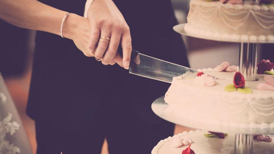 Noivos congelam um pedaço do bolo e comem um ano depois