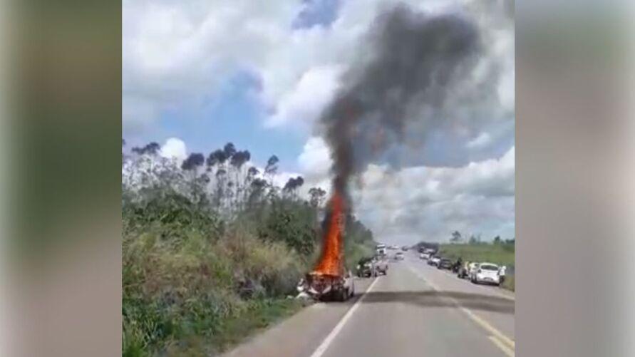 Duas vítimas morreram após a colisão frontal entre dois carros