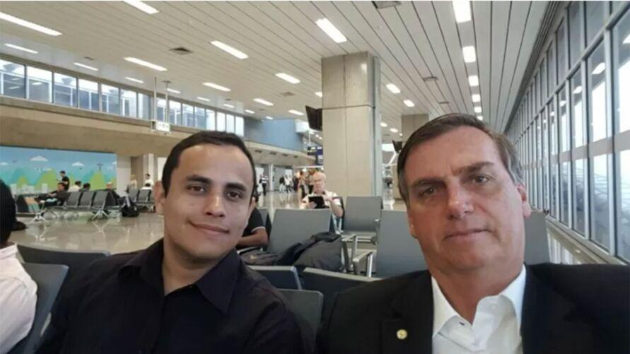 Tercio Arnaud Tomaz, assessor do gabinete pessoal de Jair Bolsonaro, em foto com o presidente