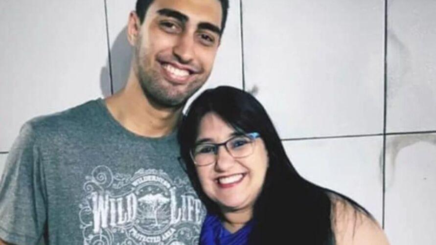 Câmeras de segurança, dentro do apartamento, gravaram Bruno Eustáquio Vieira esganando a mãe dele, Márcia Lanzane