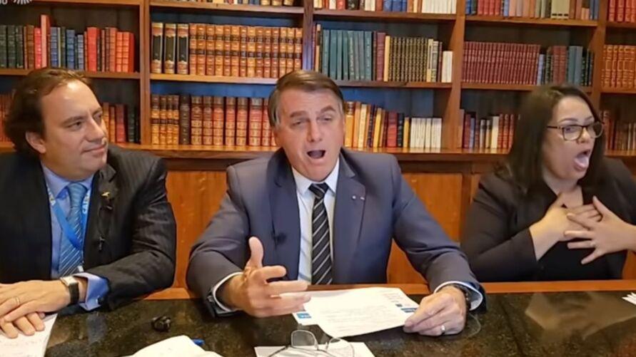 """A """"encenação"""" foi feita durante a live de Bolsonaro, na última quinta-feira (6)"""