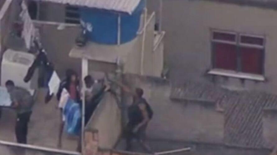 Imagens feitas por helicóptero de rede de TV mostram homens pulando lajes e invadindo casas de moradores para tentar fugir da polícia