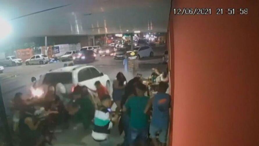 Nas imagens, é possível ver o carro subindo a calçada e atingindo algumas mesas, uma delas com oito pessoas